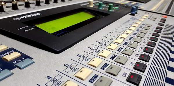 Mixer audio per la post produzione di spot di qualità professionale.